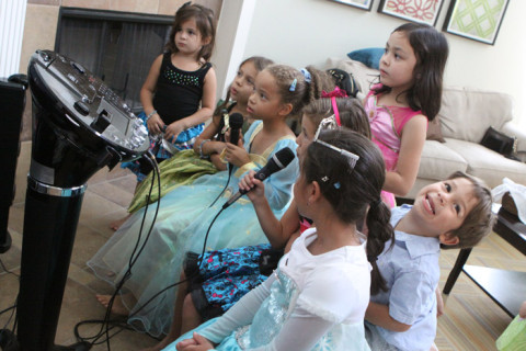 As meninas começando o karaokê e o Eric fazendo suas caras e bocas