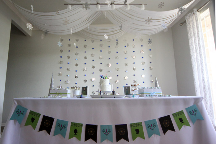 Festa de Frozen da Julia: com branco, azul e verde
