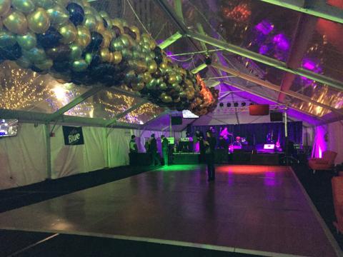Pista de dança pronta e balões preparados pra cair a meia-noite