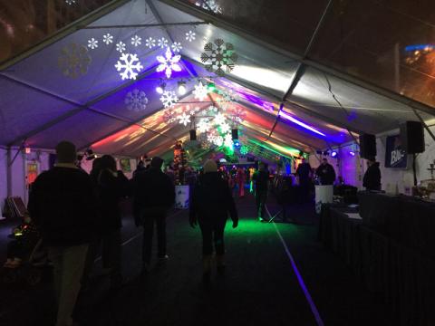 A tenda pronta pra festa de réveillon em Detroit estava bacana