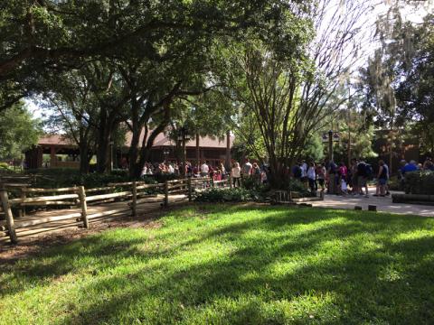 A fila pra entrar no pavilhão do Mickey's Backyard BBQ