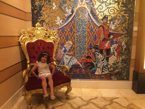 Laura na cadeira linda com o mosaico da Cinderela