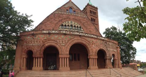 A First Congregational Church em Midtown Detroit é uma igreja histórica