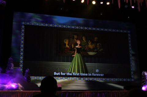 As músicas vão tocando com as cenas do filme e a letra pra cantar junto na tela