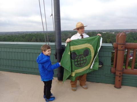 Meu filho com o Ranger na hora de hastear a bandeira. Foto: Regina