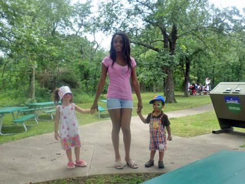 Flavia com os filhos em Clarksville, Arkansas