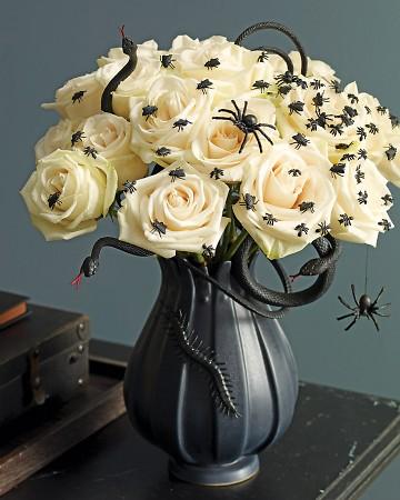 Arranjo de rosas brancas para o Halloween