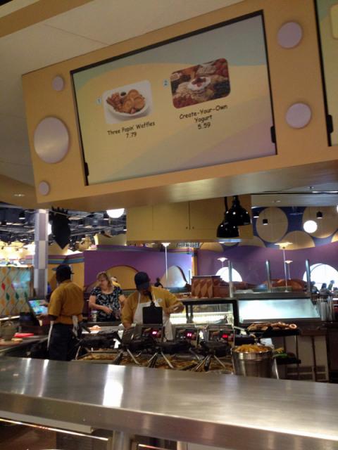 A praça de alimentação é dividida em áreas, que serve pratos diferentes. Essa servia os waffles no café