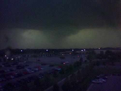 Formação de tornado em Dearborn, Michigan, 21 de maio de 2004. Tirei essa foto da janela do trabalho, minutos antes de ir pro abrigo.
