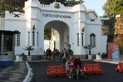 Gabe, Julia e Eric entrando no Forte de Copacabana