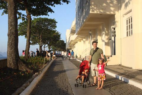 Andando pela ruazinha que percorre a extensão do Forte de Copacabana