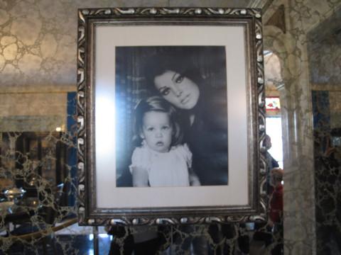 Uma foto de Priscilla com Lisa Marie Presley na sala de jantar