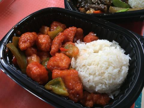 Frango agridoce do Yaki & Yeti Local Foods no Animal Kingdom - 1 crédito Quick Service
