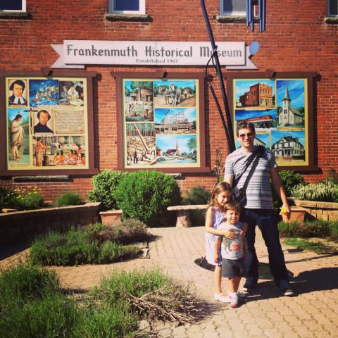 Gabe, Julia e Eric em frente ao museu histórico da cidade