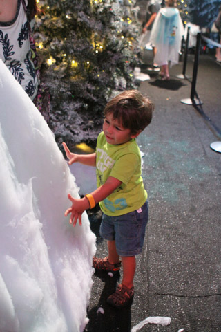"""Eric pegando na """"neve"""" em Frozen Funland"""