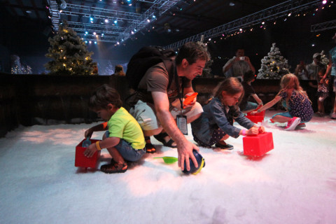 Gabe, Julia e Eric fazendo um boneco de neve