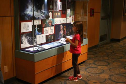 Julia olhando os desenhos do filme Frozen na galeria do Magic of Disney Animation
