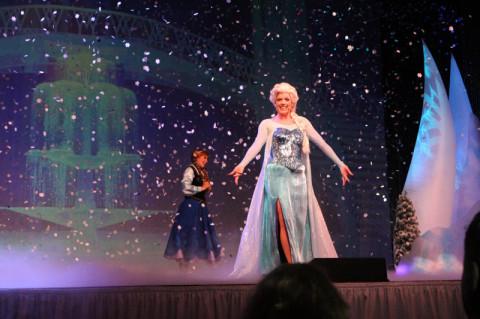 E é claro que Elsa canta Let it Go com direito a neve