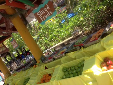 O stand de frutas frescas fatiadas, mas não curti que as frutas ficavam expostas