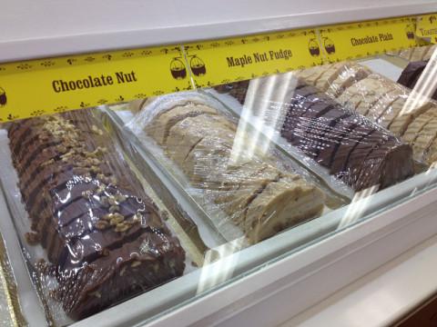 Vários tipos de fudge, que é um chocolate que lembra o nosso brigadeiro (a receita é super parecida)