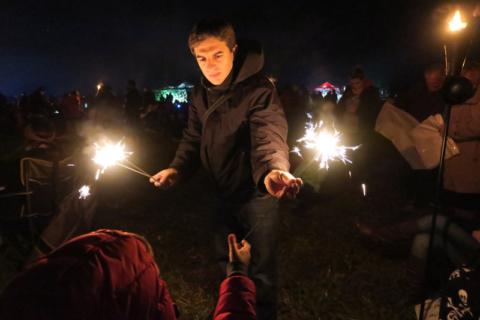 Distribuíram alguns fogos (sparklers) e o Gabe pegou alguns
