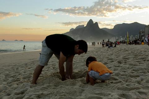 Brincando na areia com uma paisagem lindona ao fundo, que tal?