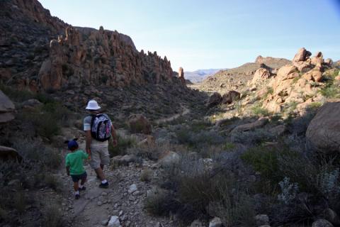 Gabe e Eric começando a descer a Balanced Rock Trail