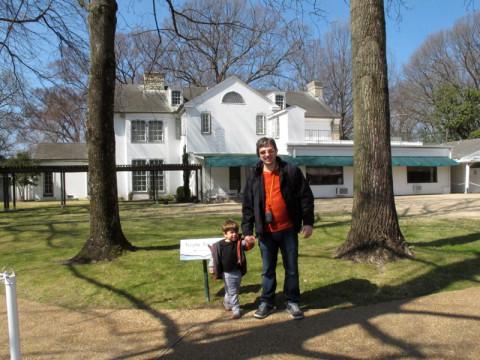 Gabe e Eric no quintal em Graceland