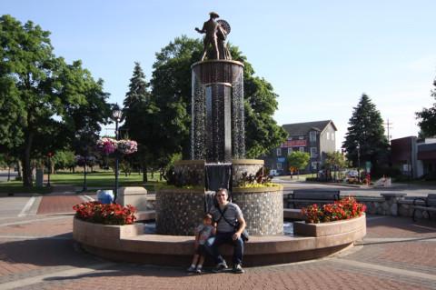 Gabe e Eric na frente da fonte perto do Zehnder's