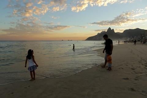 Ele também foi conferir a água, mas preferiu brincar na areia