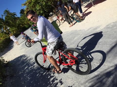 Gabe saindo com a bicicleta alugada