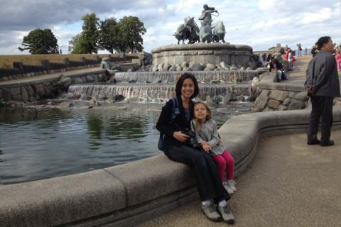 Eu e Julia fazendo pose na Gefion Fountain