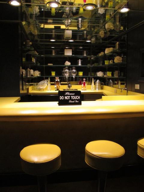 O bar na entrada da sala de TV