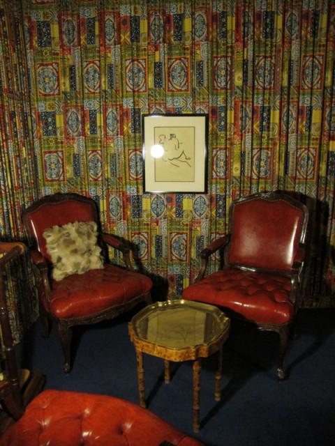 Cadeiras na sala de jogos e detalhe da parede forrada