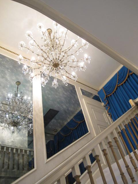 Detalhe do lustre na escada