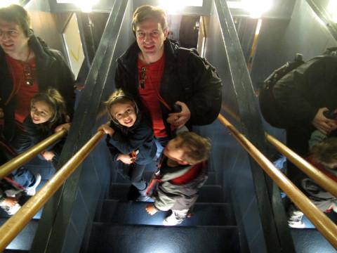 Gabe e as crianças descendo as escadas para o porão