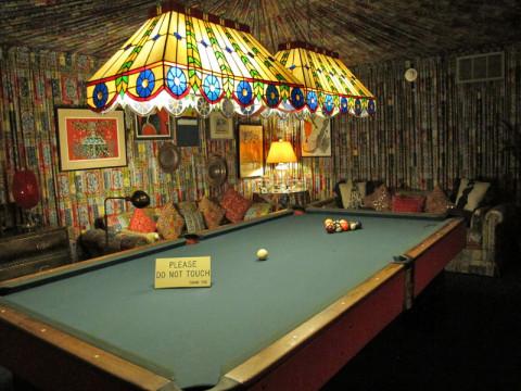 A sala de jogos, com a mesa de bilhar, é forrada com tecido