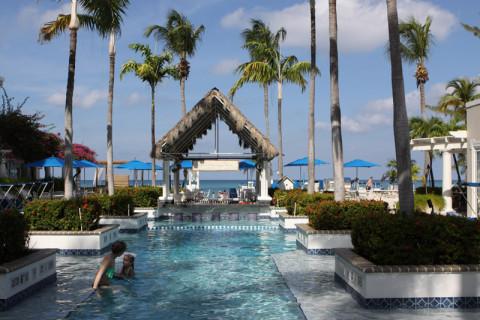 Piscina no Grand Cayman Beach Suites