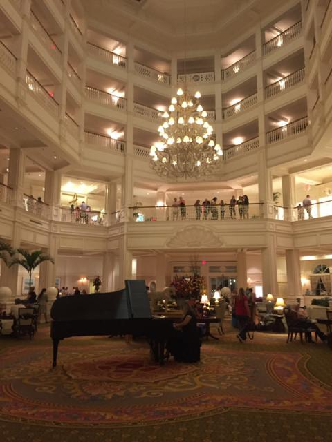 Chegando ao hotel Grand Floridian, onde fica o 1900 Park Fare, o lobby é lindo