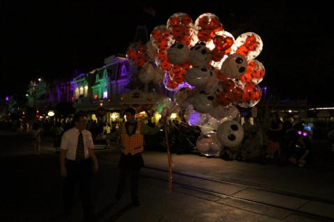 Um vendedor de balões passando enquanto esperávamos o desfile começar