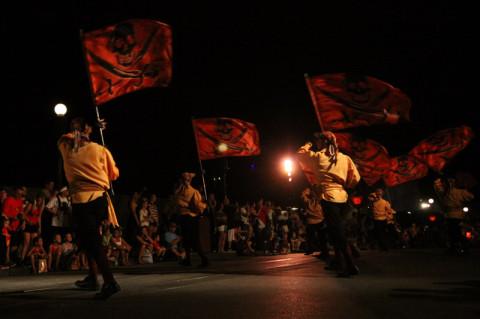 Muitos piratas fazendo coreografia com bandeiras