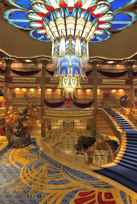 O espetacular lobby do Disney Dream no Halloween