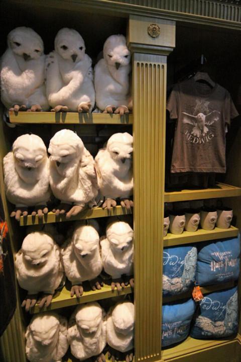 Hedwig de pelúcia (uma mochila), camisetas, canecas e almofadas na Magical Menagerie