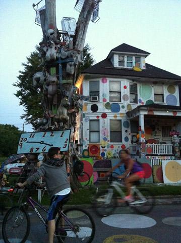 Heidelberg Project, instalações de arte em casas, ruas e jardins em uma área de aproximadamente um quarteirão em Detroit