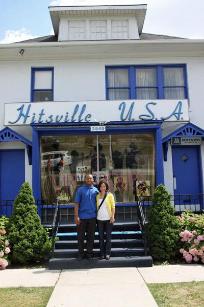 Eu e o Glen, nosso guia, em frente a casa principal do Motown Museum