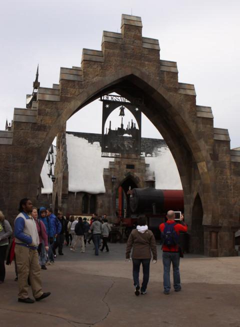 Chegando em Hogsmeade pela entrada que liga o Lost Continent ao Wizarding World of Harry Potter (tem outra pelo Jurassic Park)