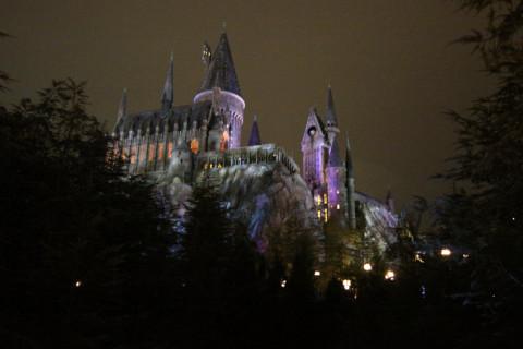 Hogwarts a noite, lindamente iluminada