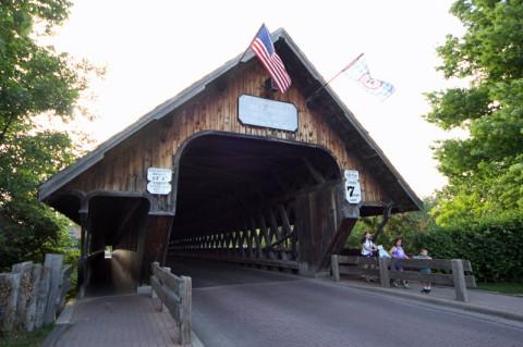 Pela ponte passam carros e pedestres também