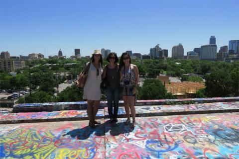 Eu, Renata e a minha amiga Bianca no topo da Hope Gallery com a vista de downtown Austin ao fundo