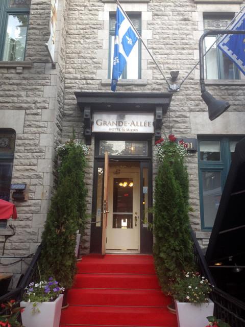 O nosso hotel, Le Grande Allée, bem no ponto mais movimentado da rua de mesmo nome (e não, não dava pra ouvir barulho do nosso quarto)